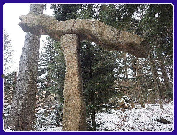 Serpent de pierre,normalement au lever du soleil, au solstice d'hiver, les rayons lumineux font clignoter les yeux