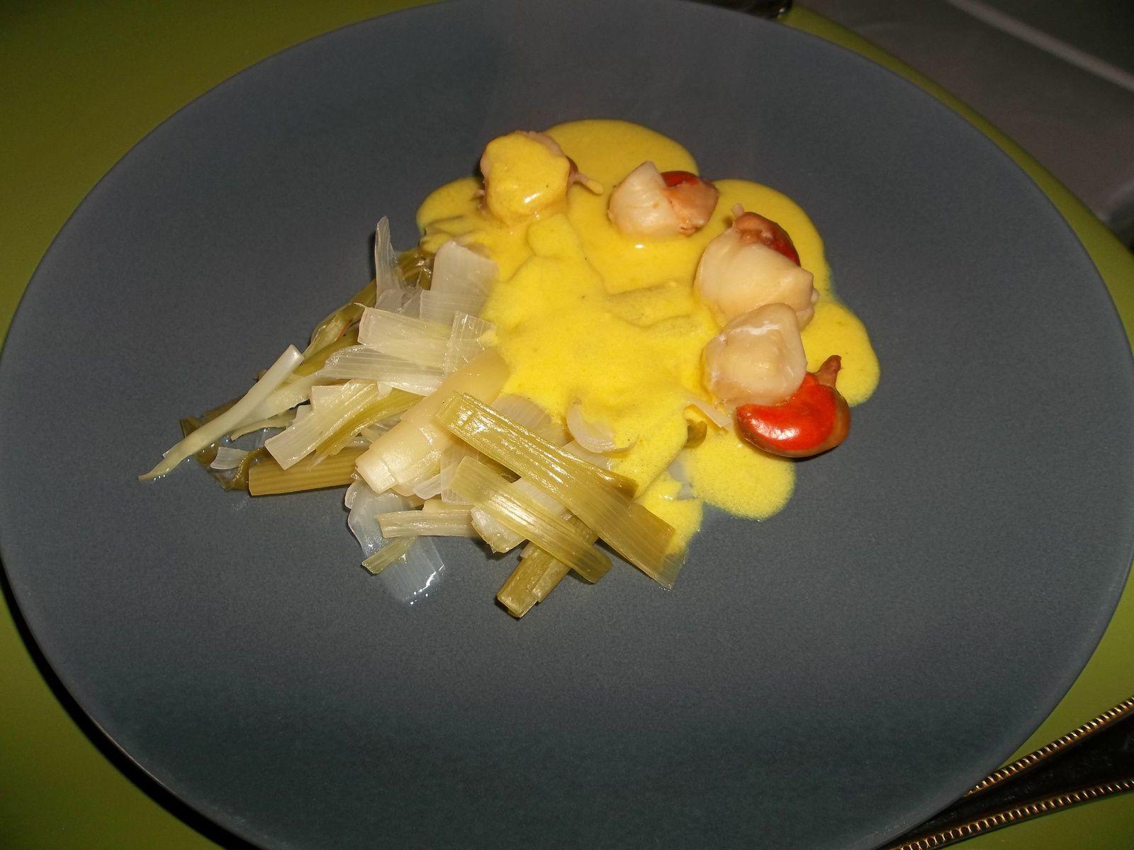 Coquilles St Jacques, sauce au curry et sa fondue de poireaux