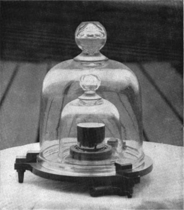 K4 - une des copies du Kilogramme-Etalon, conservée au USA. Photo de 1915.