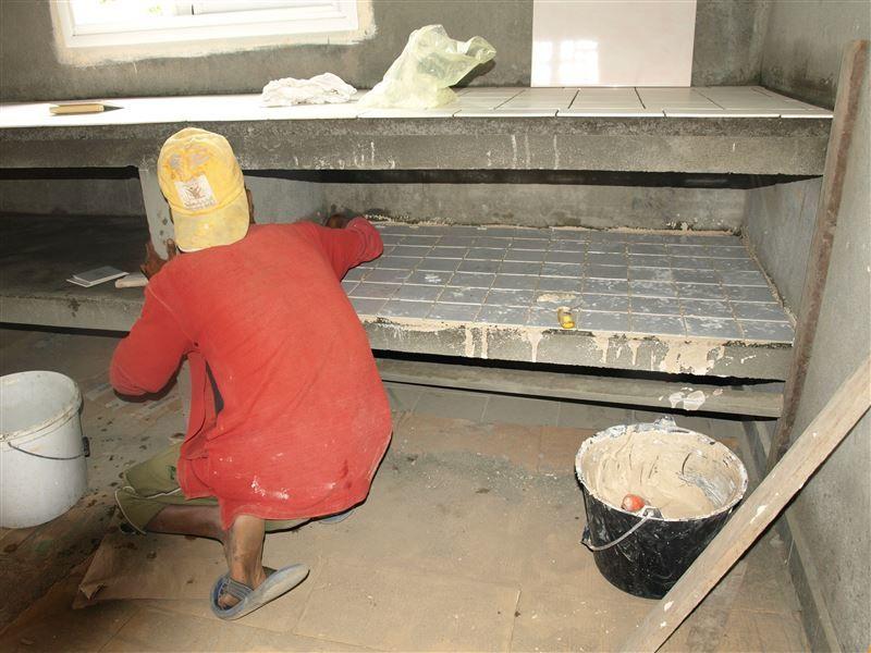 Didi est un ouvrier malgache que les carreleurs réunionnais ont formé lors de leur venue. Il a très bien compris : il est désormais capable de poser seul le carrelage au sol ou sur les murs.