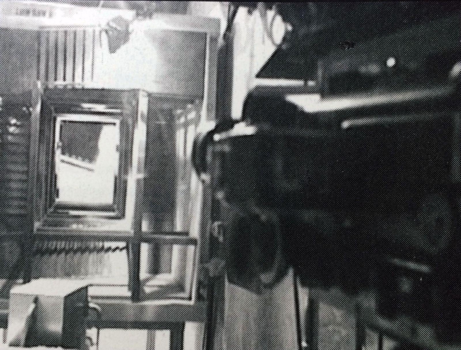 La caméra pointe vers le bas de l'escalier et zoome, tandis qu'on la rire en arrière, créant l'effet de vertige.