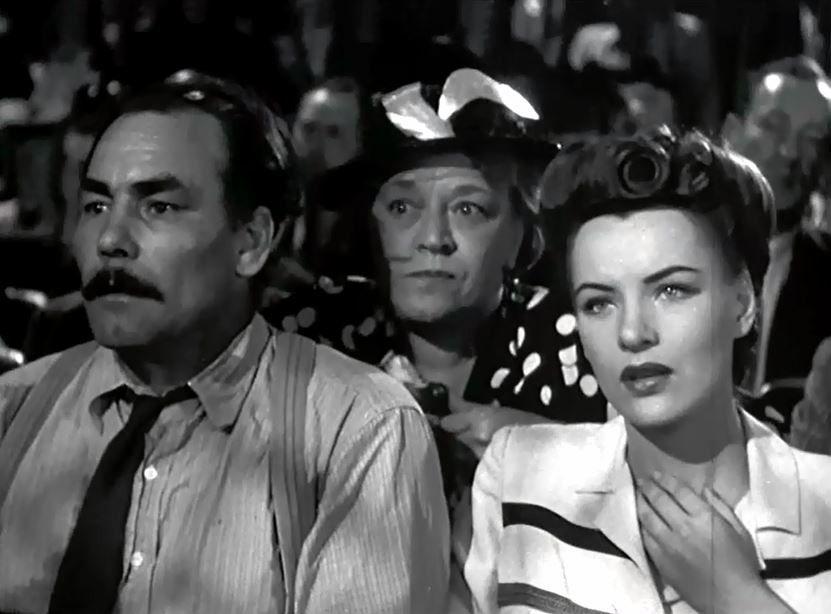 La presse et la radio viennent à l'aide d'Henderson avec l'espoir que la « femme fantôme » se fera connaître puisqu'elle est le seul témoin de l'alibi d'Henderson. Tous ces efforts sont vains : Henderson est condamné à la chaise électrique pour le meurtre de sa femme. Pourtant il est une personne au monde qui s'entête à ne pas croire à la culpabilité d'Henderson. C'est la toute charmante Carol « Kansas » Richman (Ella Raines)…