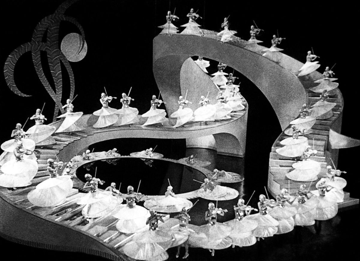 Gold Diggers of 1933 (Chercheuses d'or de 1933) réalisé par Mervyn LeRoy et Busby Berkeley pour les numéros musicaux. Avec Dick Powell, Ruby Keeler, Joan Blondell, Aline MacMahon et Ginger Rogers.