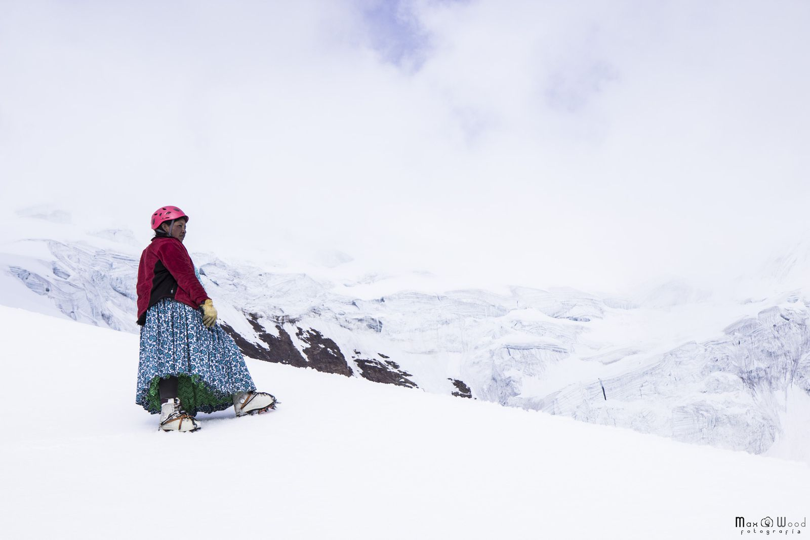 NATIVE WOMEN CLIMBING - illimani mountain - La Paz - Bolivia