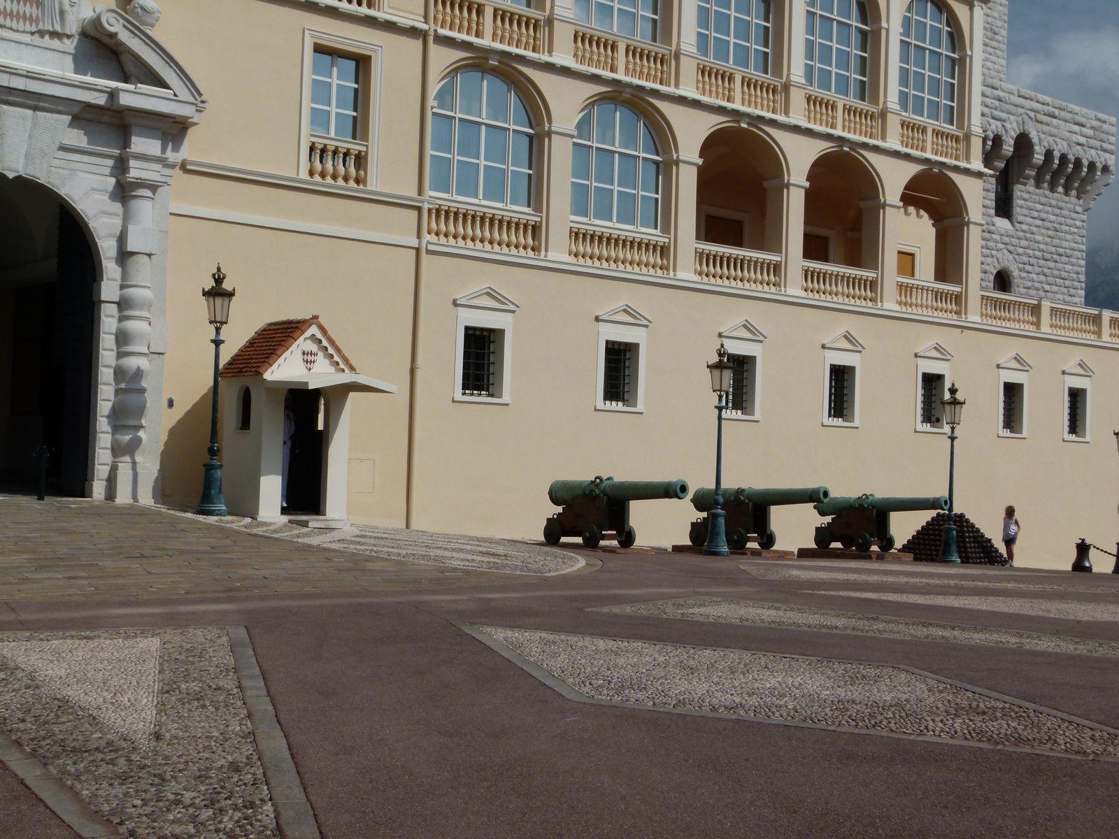 Le Palais et la relève de la garde à 12 h.