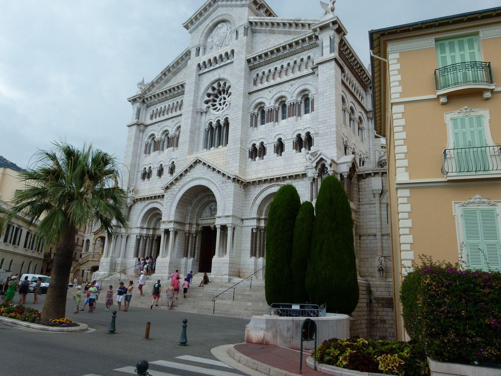 La cathédrale et le musée océanographique .