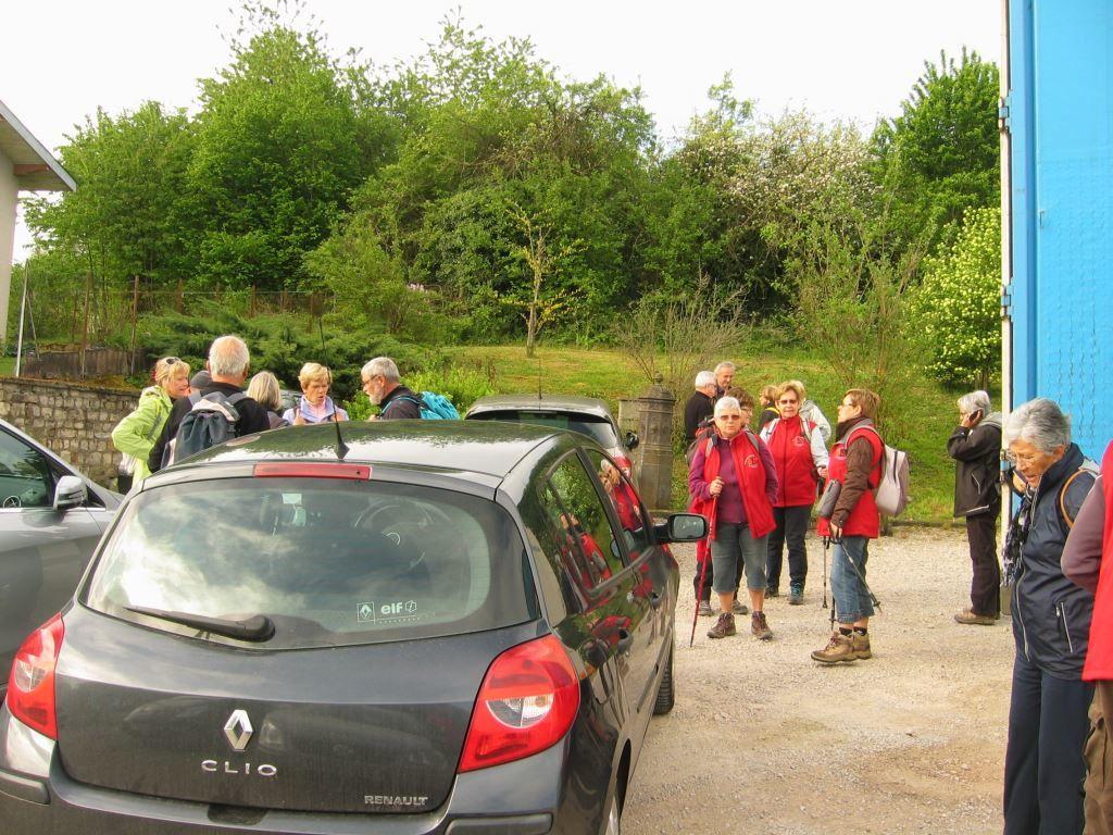 Tout le monde est la? Les gilets rouges sont de sortie, on peut suivre Martine et René pour une rando d'une vingtaine de kms au départ de Serécourt