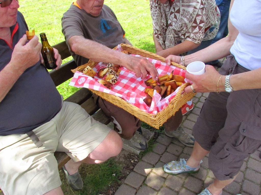 Retour à Florémont pour le goûter. Un grand merci à nos guides. Balade agréable sous un beau soleil, Nous pensons à Jacky qui a fait un petit malaise heureusement sans gravité.