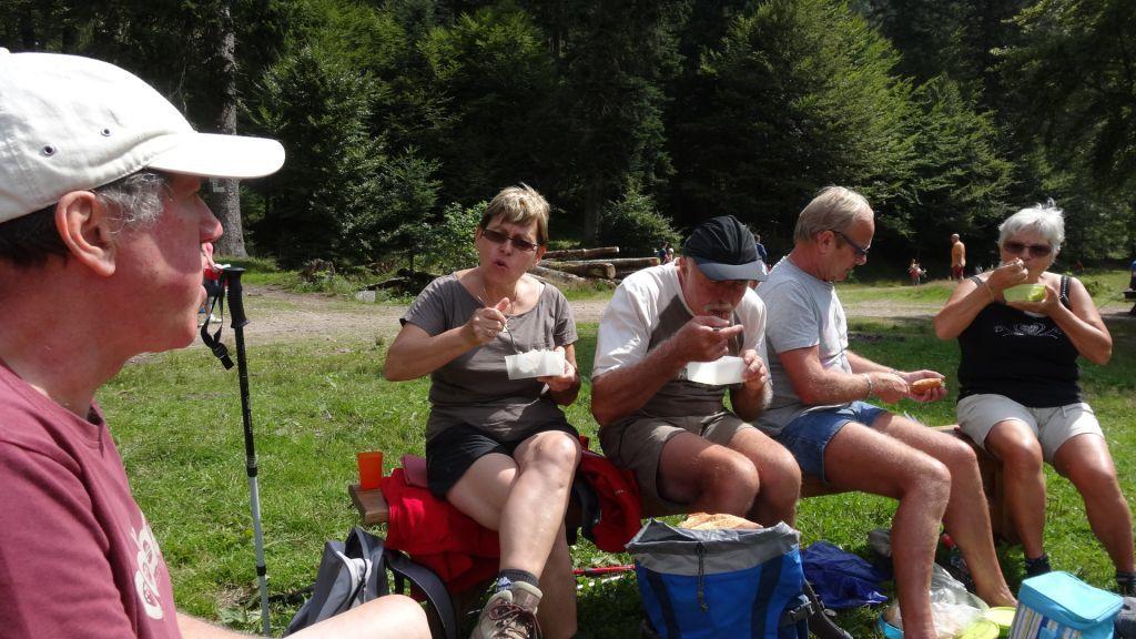 Pause repas au bord du lac. sous un beau soleil.