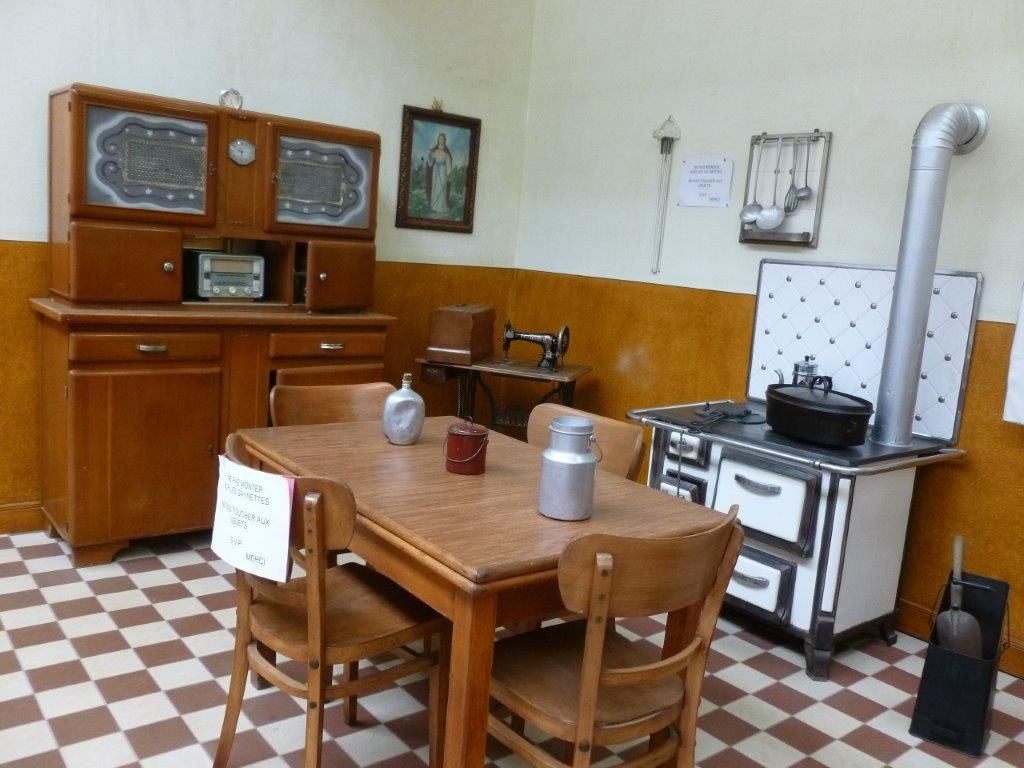 Cuisine, café et bureau de l'époque, le mode de vie des mineurs.