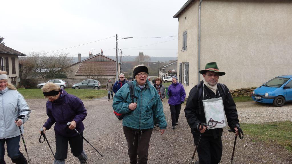 Le groupe de 36 marcheurs guidé par Jean-Bernard prend le départ sous un ciel gris.