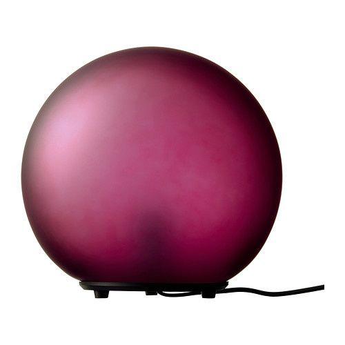 Catégorie Déco:Un tapis violet, des lampes déco, un bureau et une petite table
