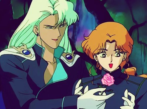 """Tant qu'on parle d'amour: voici Zoisite et Kunzite. La blonde là, qui reçoit une rose, c'est un monsieur. Ces deux amoureux sont un couple ouvertement gay. Enfin, pas si ouvertement, parce qu'en France et aux Etats-Unis, Zoisite a été transformée en femme, histoire de pas apprendre aux enfants à être des invertis. Ayant regardé Sailor Moon sur les chaînes allemandes j'ai eu droit à une version non censurée. / Meet Zoisite and Kunzite. The blond lady here is a guy and those are in a homosexual relationship. France and the US didn't appreciate the """"bad"""" example this would give the kids and made a girl out of Zoisite."""