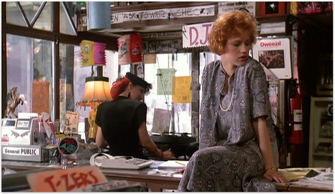 "Molly Ringwald dans ""Rose Bonbon"". Notez que l'amie du personnage incarné par Mollly R a aussi un look intéressant./ Molly Ringwald in 'Pretty in Pink', note that her friend also has an interesting style."