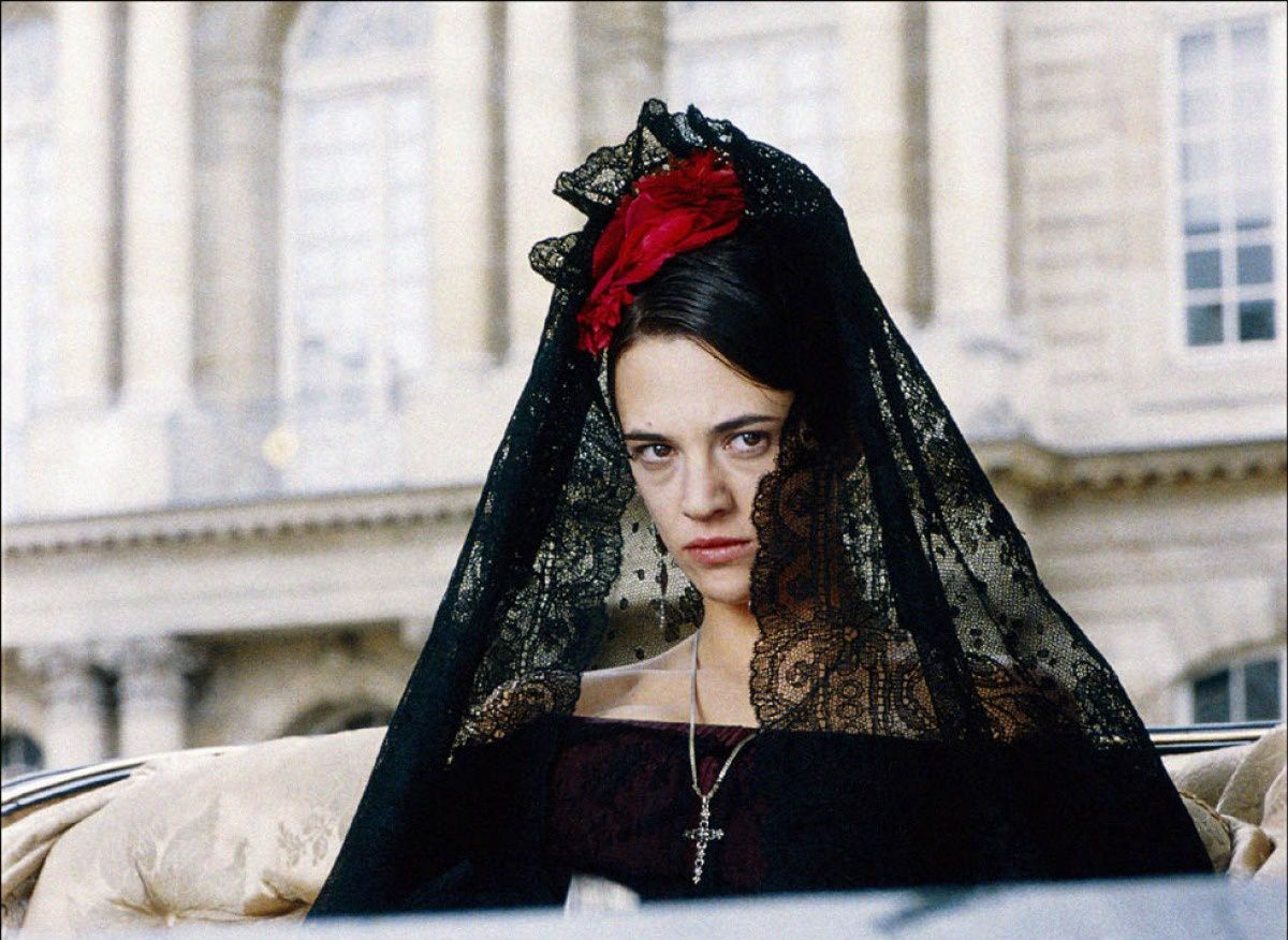 Asia Argento dans une de ses tenues très sophistiquées./ Asia Argento in one of her many lace packed outfits.