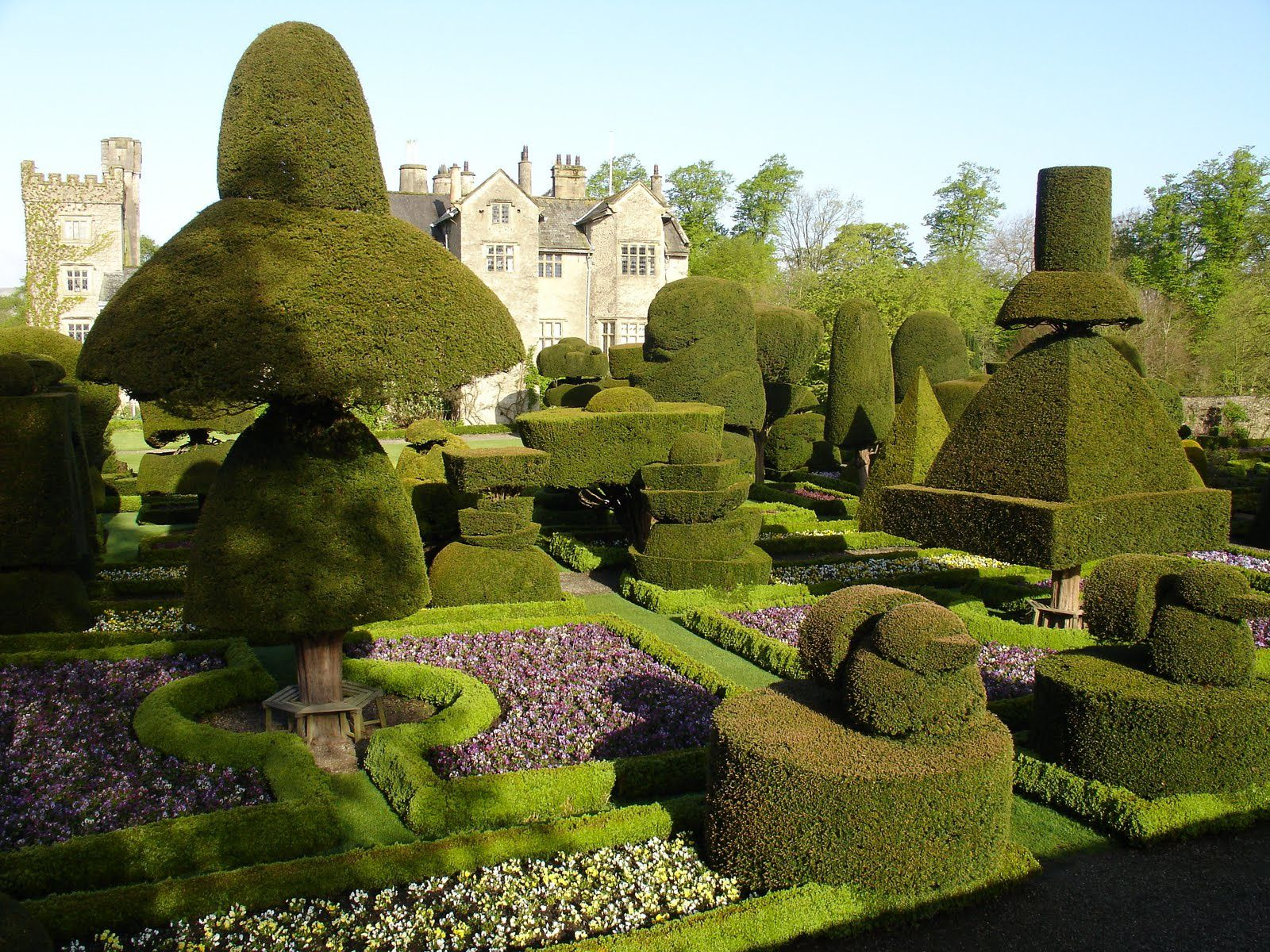 Levens Hall Garden, Cumbria, Northen England - Source: plume-escampette.com