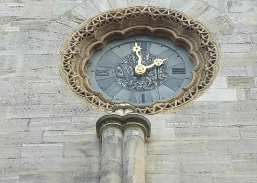 Clock on the facade of the Stephansdom./Horloge sur la façade du Stephansdom.