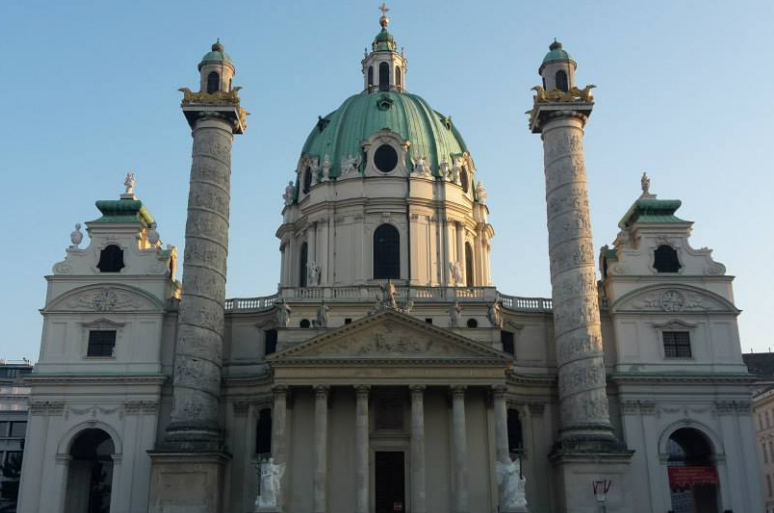 The baroque Karlskirche, which is located on...Karlsplatz./ Karlskirche la baroque, située sur…Karlsplatz