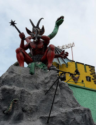 One of the many daemon statues on rides at the Prater./ Une des nombreuses statues de démons ornant les manèges du Prater.