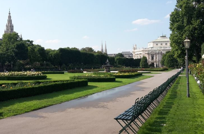View on the Burgtheater from the Volksgarten./ Vue sur le Burgtheater depuis le Volksgarten.