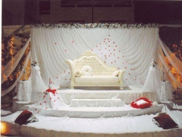 Trône de mariage, avec le sang symbolique de la défloration sur fond blanc de la pureté qui est aussi la couleur du deuil