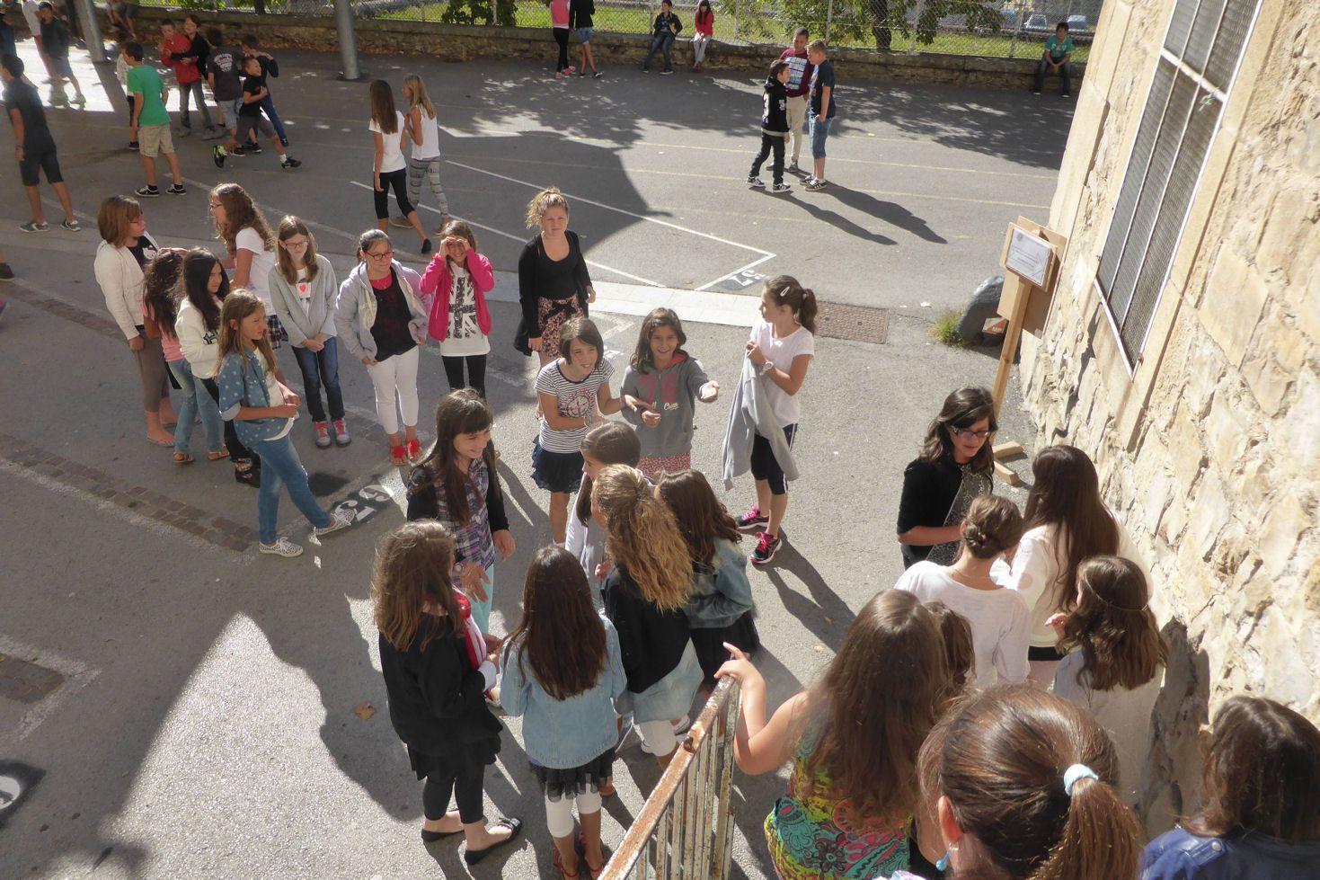 Première récréation.Les copines n'étant pas dans la même classe sont pressées d'échanger leurs impressions.
