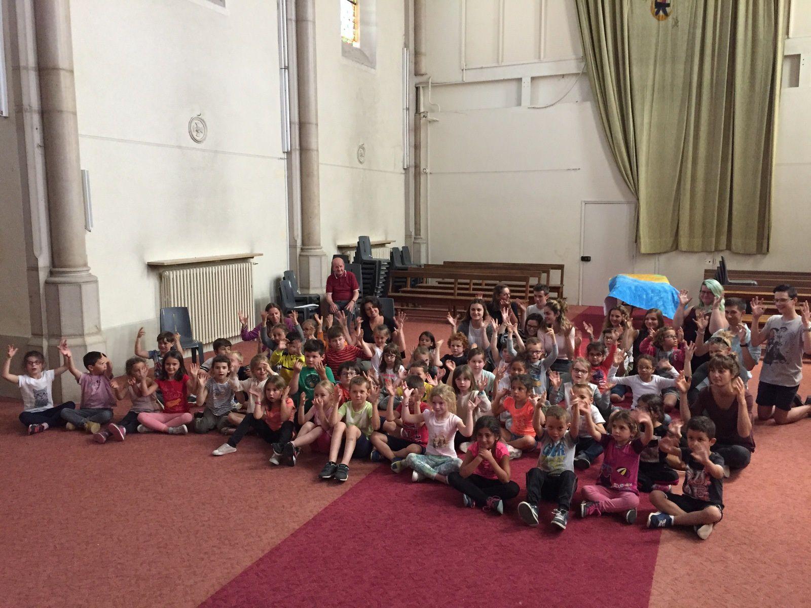 Des élèves de Froment venus présenter le conte de Cendrillon en langue des signes aux CP et GS/CP