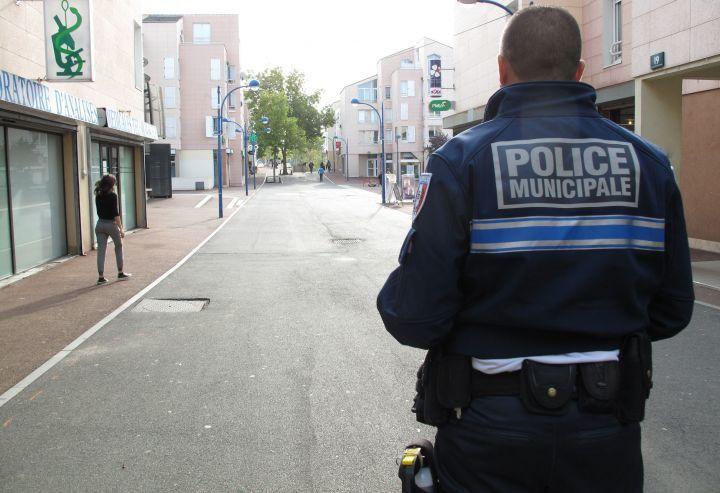Eragny-sur-Oise, vendredi dernier. Les habitants saluent la volonté de la mairie d'équiper ses policiers de tasers. (LP/C.L.)
