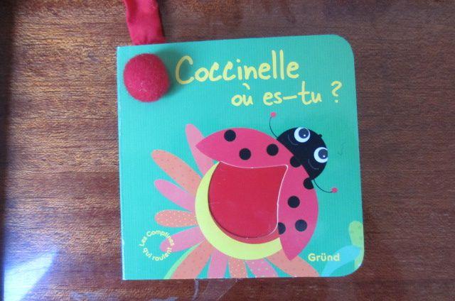 """pour les petites mains de bébé, """"Coccinelle où es-tu ?"""" qui permet d'apprendre à l'enfant les parties du corps  (front, joues, cou...) le petit +, le livre peut s'accrocher"""
