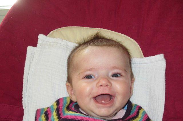 une enfant très très souriante