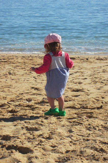 et si l'envie d'aventure lui prend, mademoiselle chausse les sandales à sa grande soeur et c'est parti ... tant bien que mal !!!