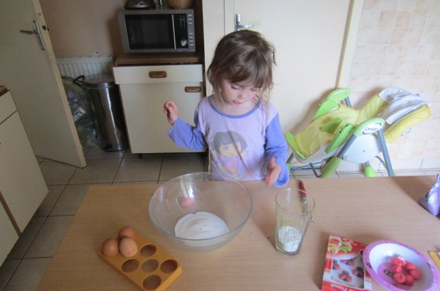 pendant ce temps, verser le sucre dans un saladier...les 3 oeufs et la farine à porter de main