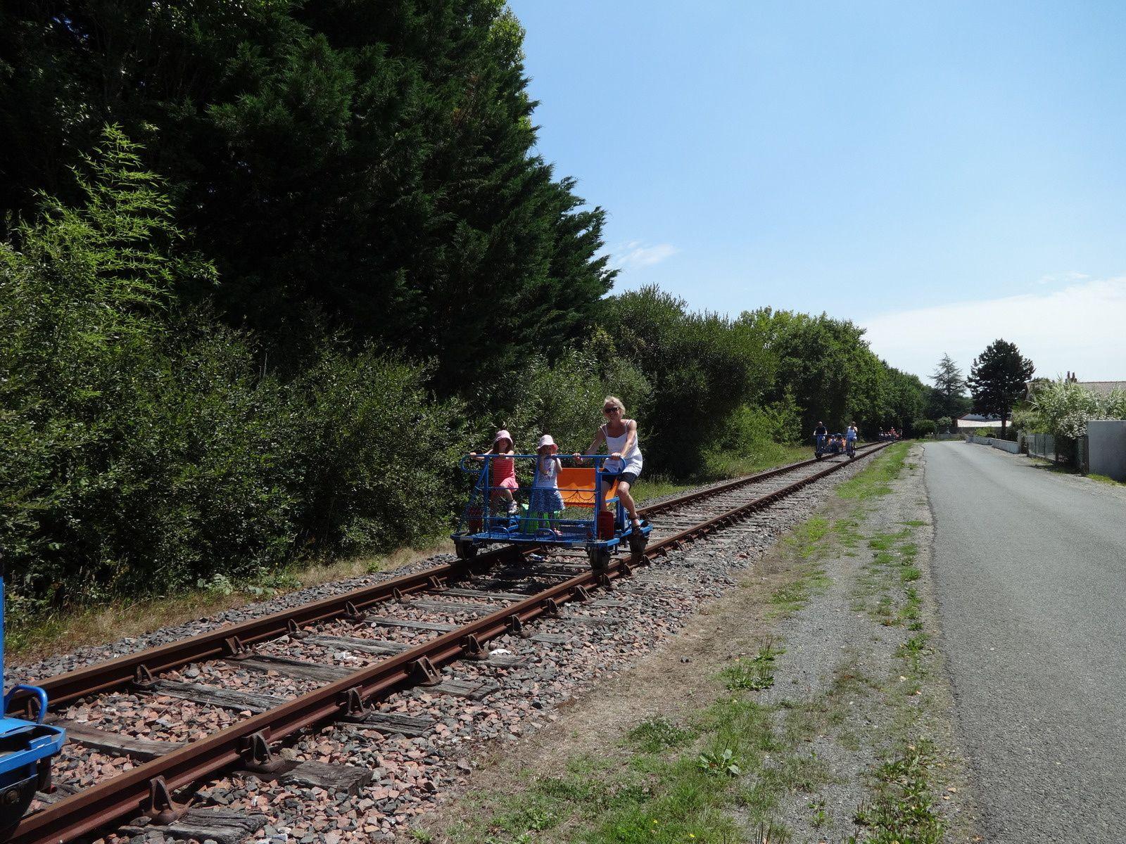 les grandes ont fait une sortie VELO RAIL, promenade insolite sur une ancienne voie ferrée pour découvrir la campagne, franchir une rivière et traverser l'ancienne gare