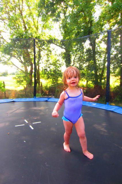 ne parlons pas du trampoline où forcément elle y est très à l'aise (quand on rebondit du matin au soir c'est ici qu'on est le mieux j'imagine !)