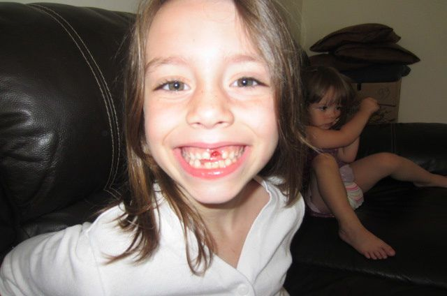 nous commençons notre lundi avec une nouvelle dent en moins pour ma grande !