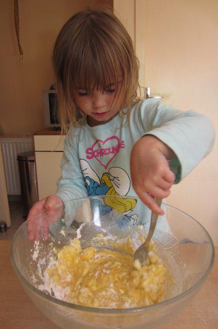 on mélange les oeufs à la farine