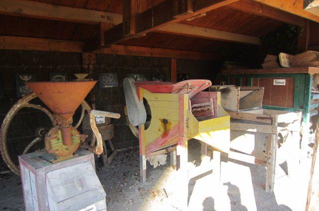 les machines pour les récoltes et la transformation des graines pour en faire du pain, des croissants ou des crêpes (d'ailleurs ça sent bon les crêpes chez eux !!!! car à l'intérieur vous pouvez y découvrir des petites tablées pour justement en déguster !)