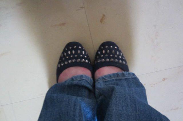 """6°) on s'habille jusqu'aux chaussures (c'est quand même mieux non ?) on se choisit une paire de chaussures confortable réservée à l'usage de la """"maison"""" ... donc toujours propre et jolies ! et ça permet de faire face aux imprévus !"""