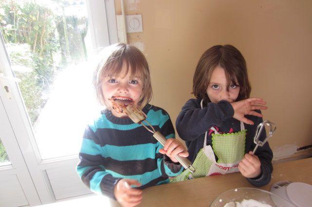 après-midi, moment cuisine pour mes filles (recette à venir aussi même si ce soir nous avons été déçue mais ça ne veut pas dire qu'on ne recommencera pas !!!)