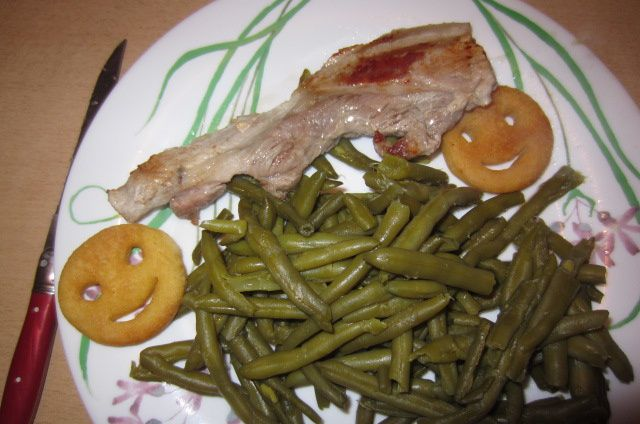 le soir : tranche de lard avec haricots verts et pomme de terre qui rigole comme me dit Miss Zé ! (elle a raison et puis ça aide pour manger le vert !)