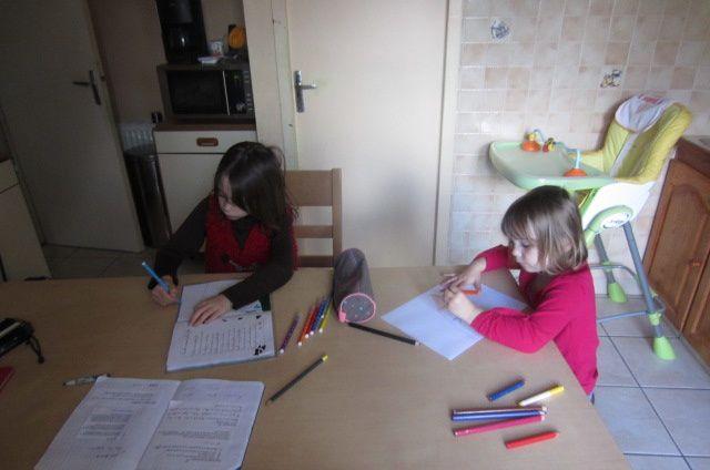 nous avons fait les devoirs (ce jour-là j'ai filmé sa récitation car c'est toujours trop mignon !) et Zélia s'inquiète si je ne lui en fait pas faire alors on fait !