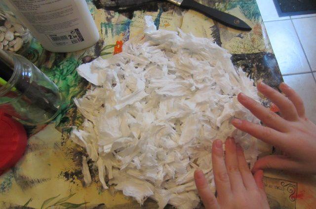 ensuite on colle les morceaux de mouchoirs