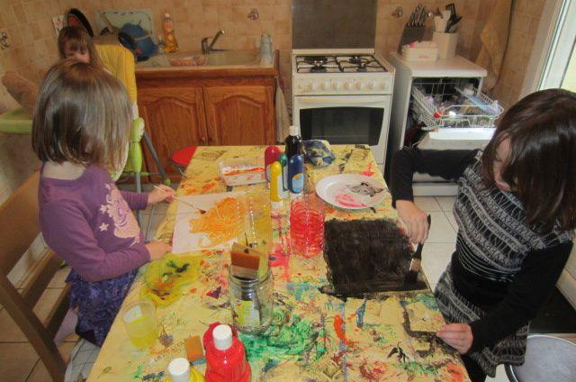 chez nous, il est impossible de passer à côté de l'activité peinture ! nous prendrons donc des feuilles blanches et de la gouache ! puis nous nous créons donc nos feuilles de couleur en noire et orange ! (ce n'est pas plus mal car on apprend en même temps à faire les mélange pour obtenir les couleurs voulues :)