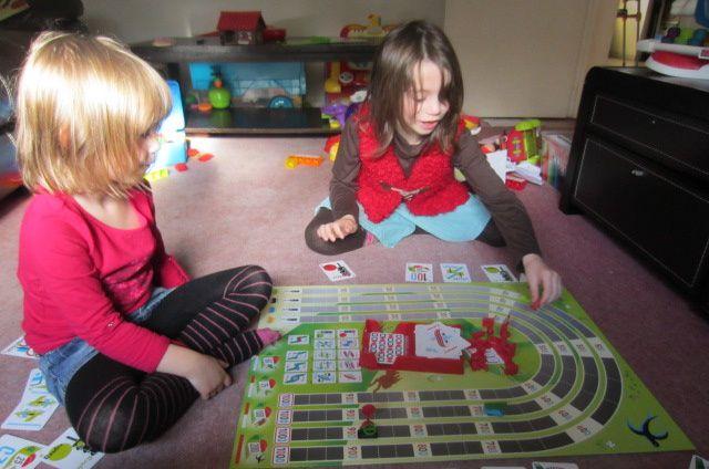 1001 bornes avec un plateau : idéal pour les enfants ! par contre les cartes sont encore compliquées alors on joue carte sur table et on s'éclate quand même ... tout 1er jeu où ma Zélia a perdu avec le sourire !!!!