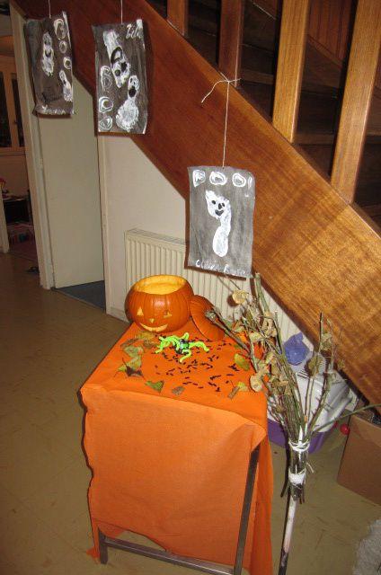 Nous préparons une table dans l'entrée, les filles sont prêtes pour accueillir tous petits vermisseaux qui oseraient frappés à notre porte (Zélia avait le masque du fantôme ... elle en a peur !), l'atmosphère devient de plus en plus effrayante ...