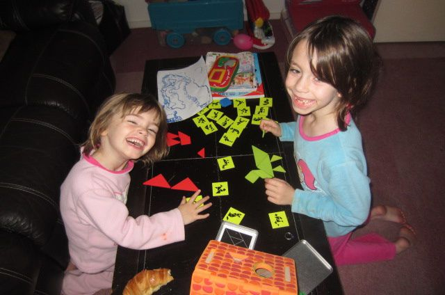 oui chez nous, il n'y a pas d'heure pour jouer alors dès le réveil les grandes jouent au jeu de tangram de chez Vert Baudet (oui je confirme leurs cadeaux sont vraiment sympas !)