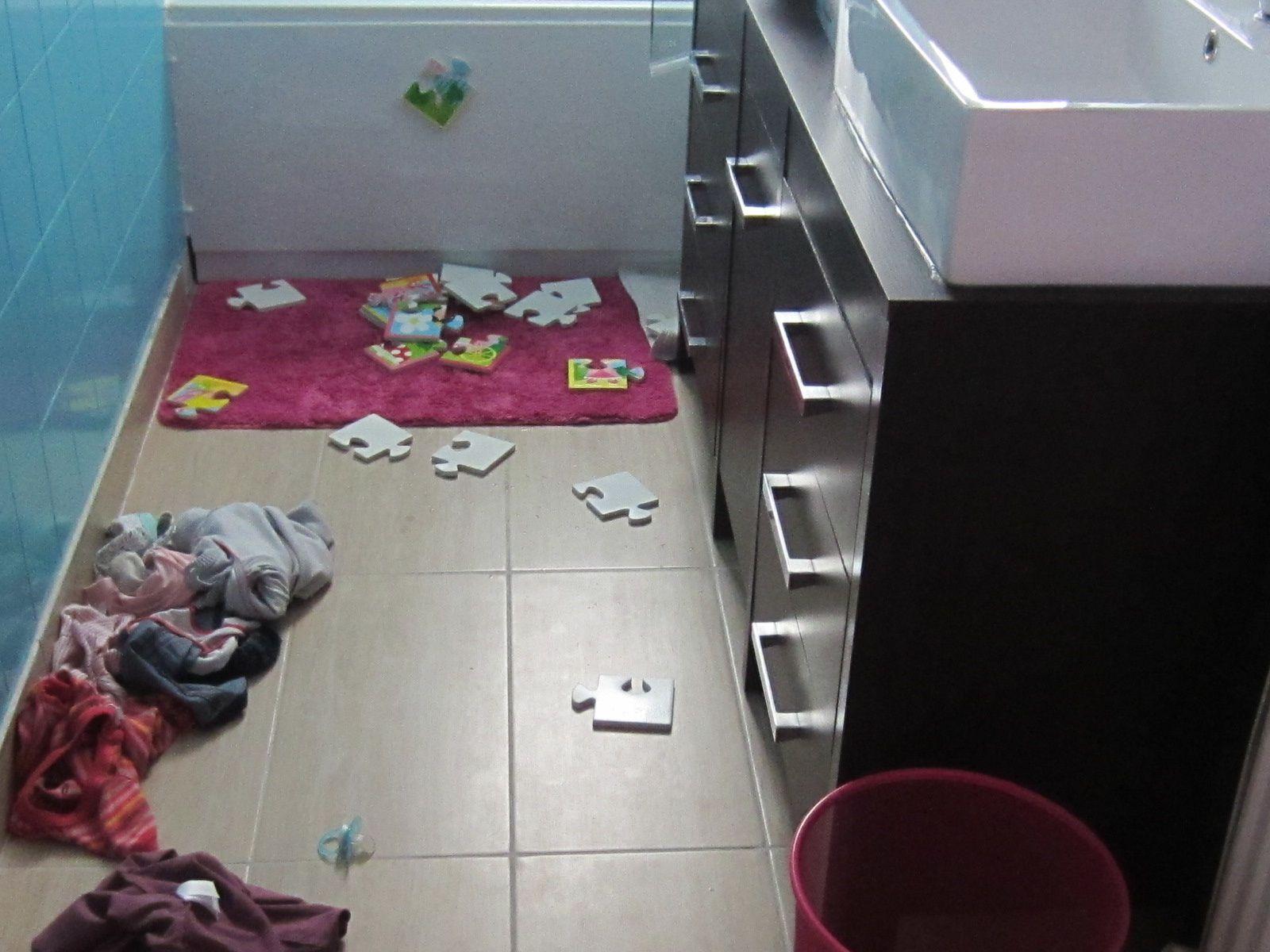 dans tous les cas, vous venez de passer le mercredi après-midi avec vos enfants, la salle de bain n'est qu'un aperçu du restant de la maison &#x3B;) ... et OUI, les jeux ont bel et bien été balancés après avoir été dans l'eau &#x3B;)