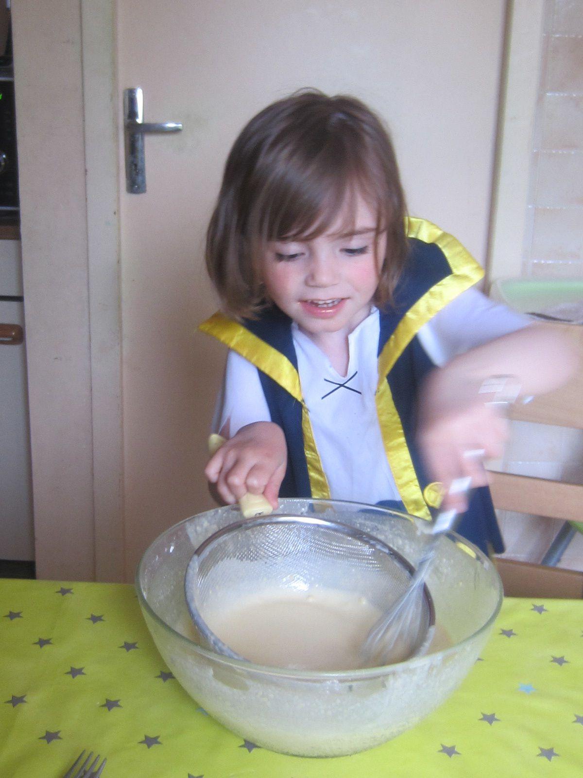 Délayer peu à peu avec le lait et si comme chez nous, vous obtenez des grumeaux ... n'hésiter pas à sortir le chinois !