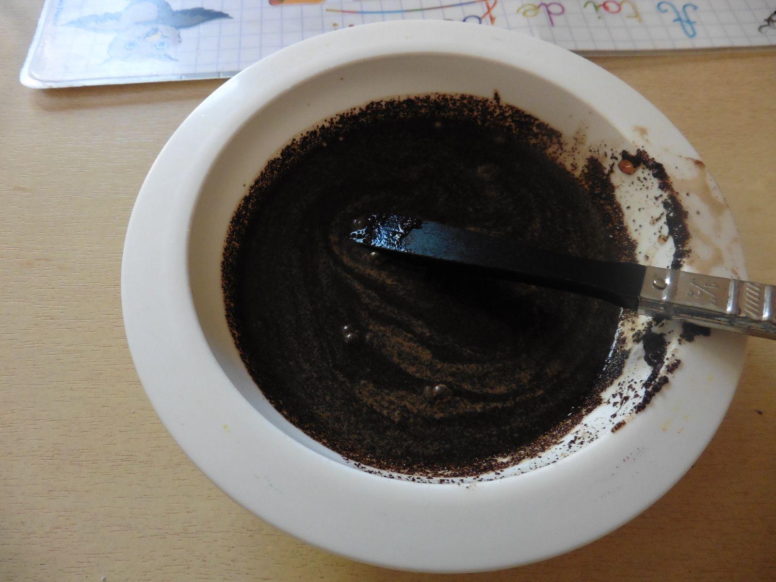Mélanger le café avec l'eau, recouvrir ensuite la feuille avec le mélange - recto verso