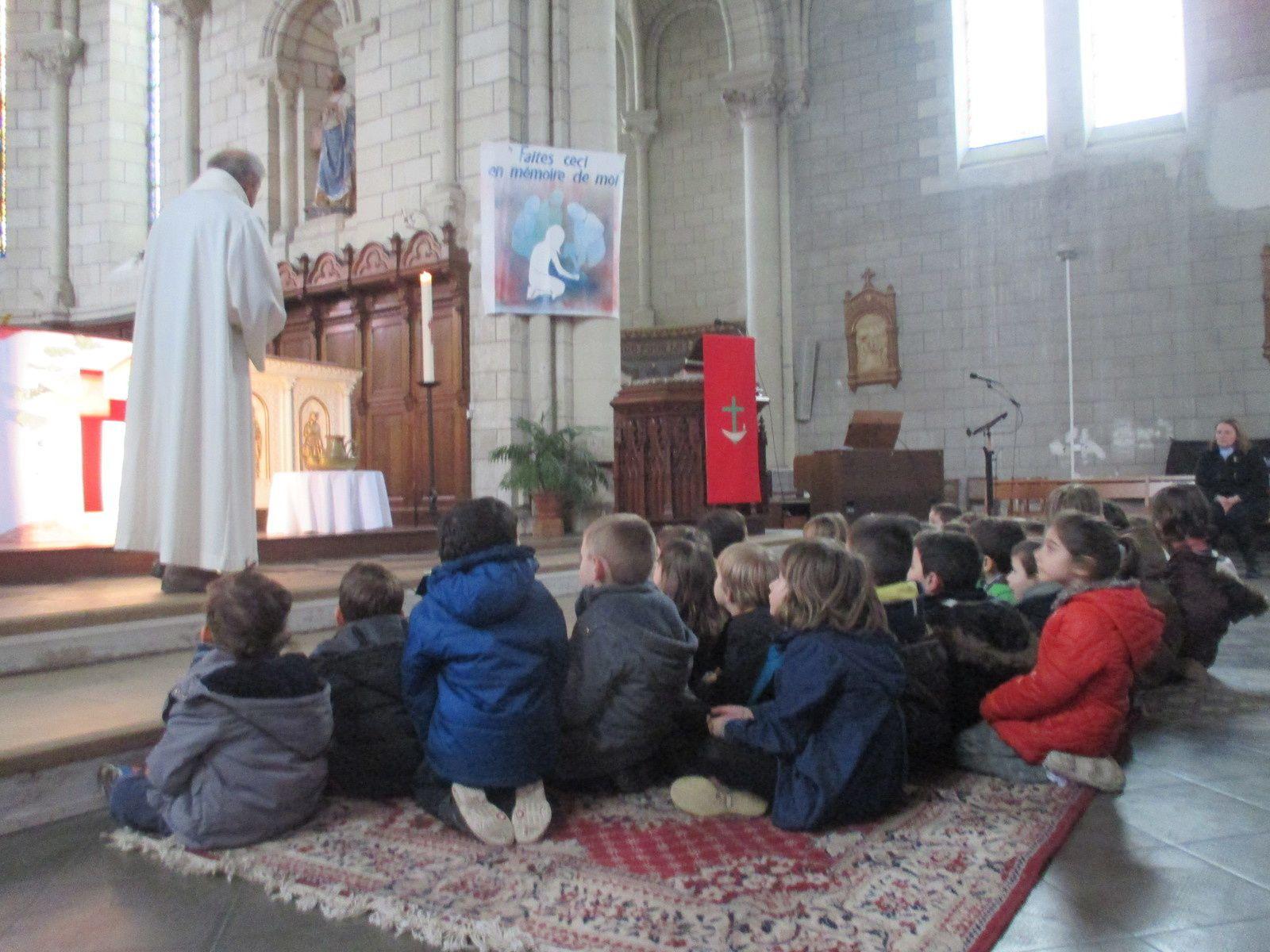 La célébration de Päques en compagnie des MS -GS , de Mme Le bihan et du Père Tessier.